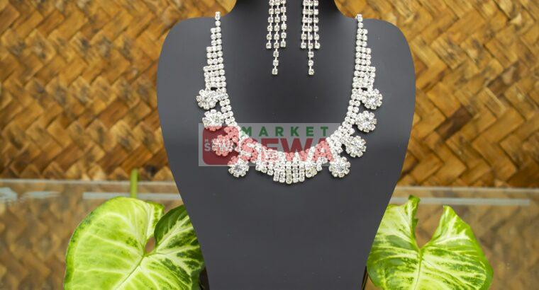Minimal and Sophisticated Neckpiece with Earrings
